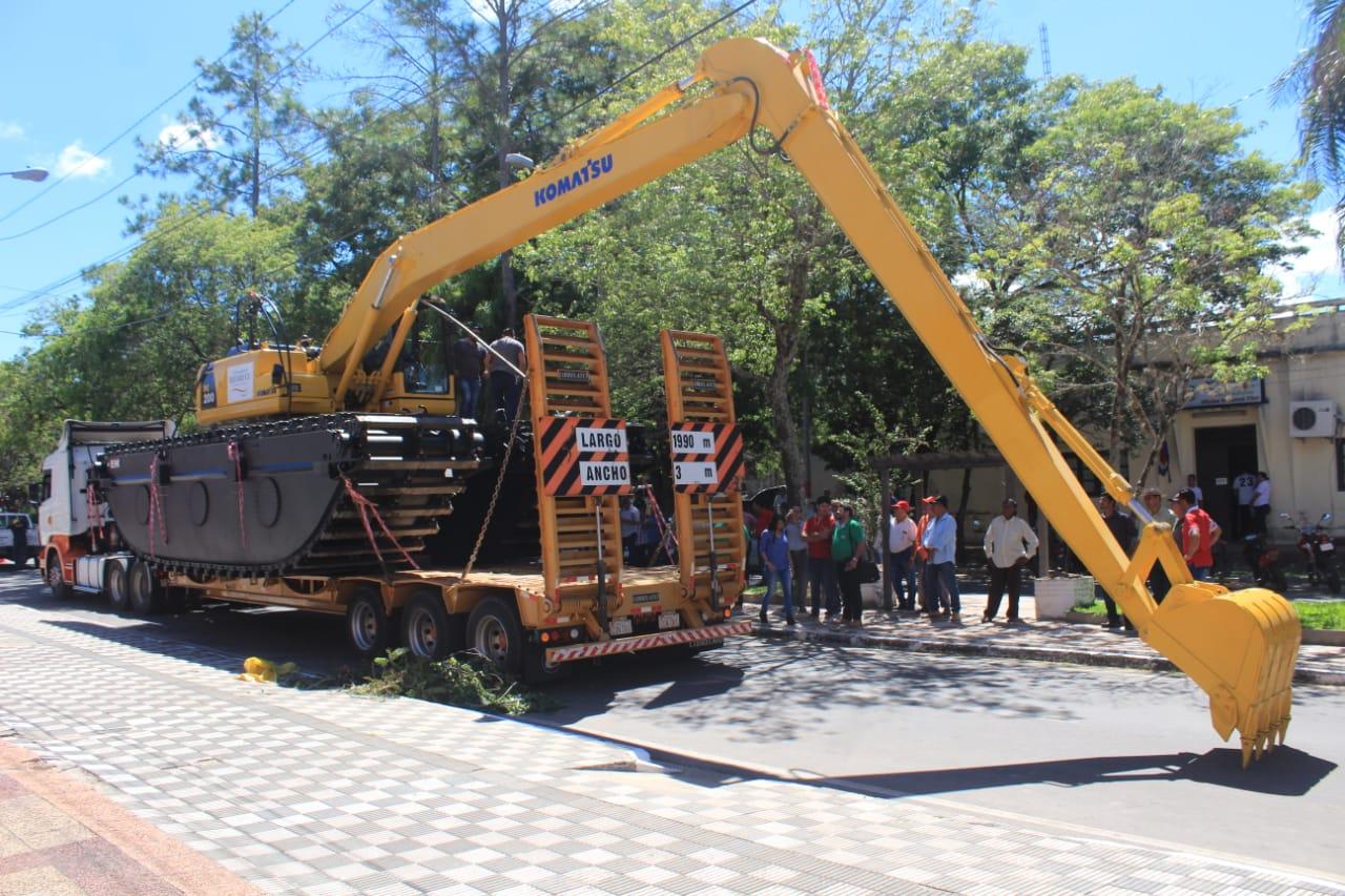 Automaq SAECA entregó excavadora anfibia Komatsu a la Gobernación de Ñeembucú